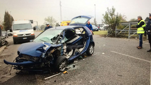 Monza. Auto contro guardrail, morto neonato