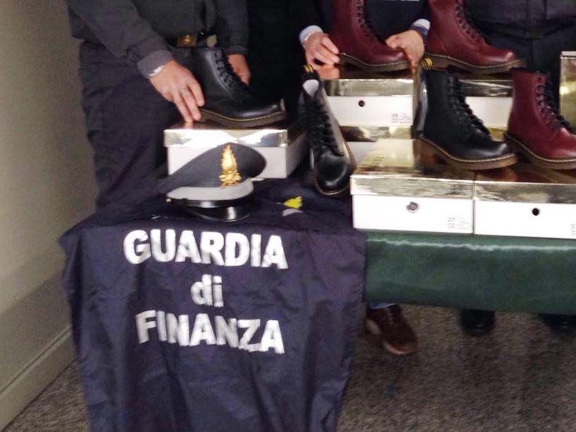 Contraffatte Dr Le 9500 Martens Finanza La Sequestra Scarpe qtqATP