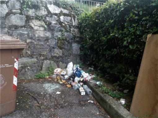 Crevenna, mobili rotti e rifiuti abbandonati nel parcheggio di via ...