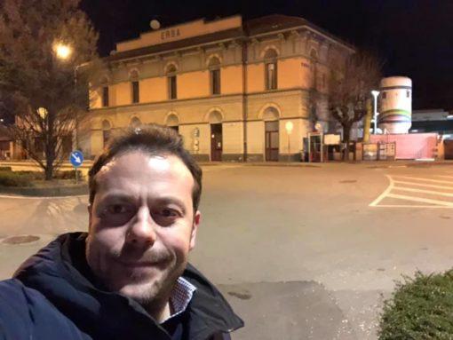 Il consigliere Zoffili si scatta una fotografia davanti alla stazione di Erba dopo aver eseguito un sopralluogo